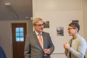 Hillesgårdsprisets styrelseordförande Lars G Linder i samspråk med kommunstyrelsens ordförande i Klippan, Kerstin Persson.