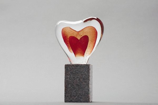 Prisstatyett - glashjärta på granitsockel