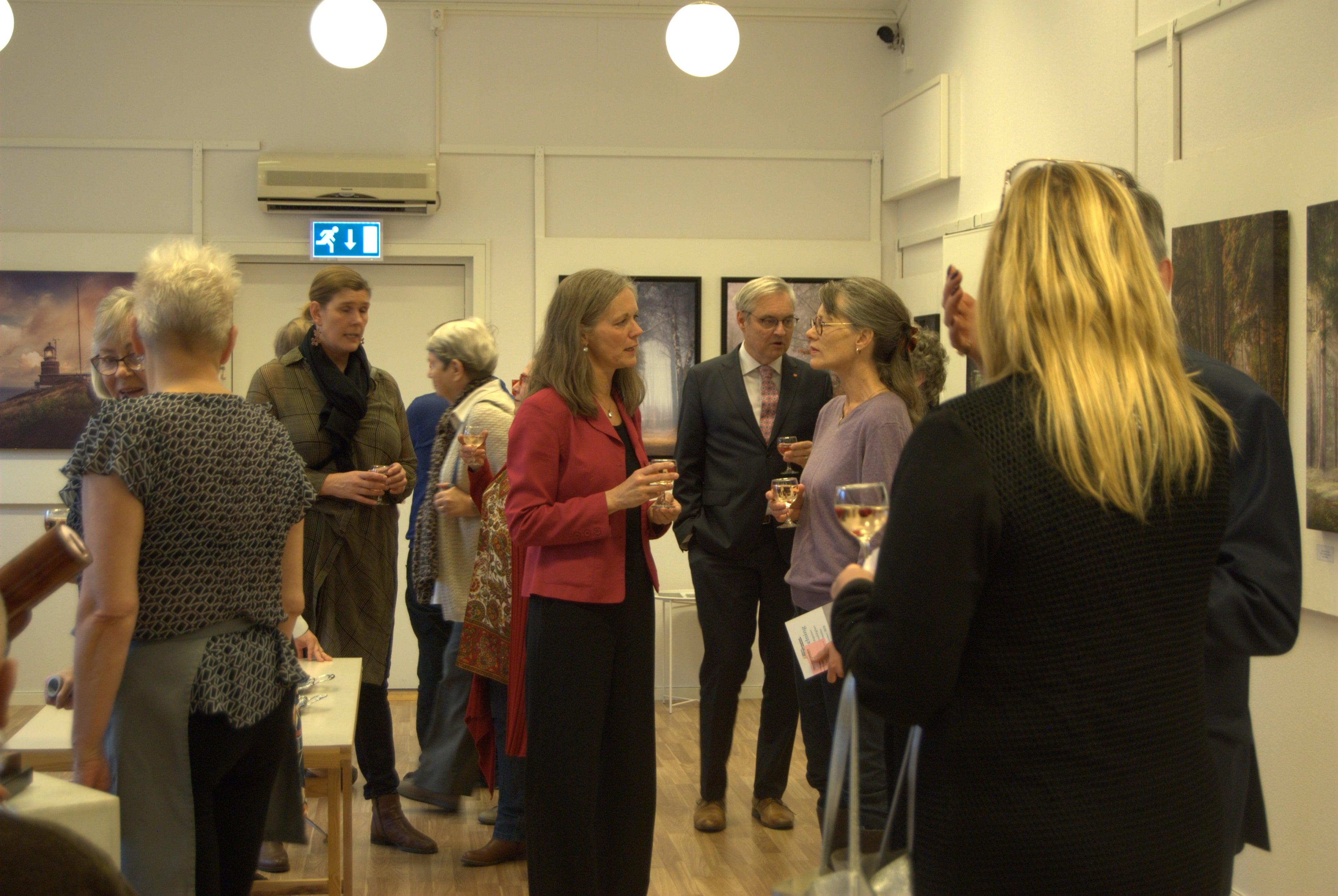 Många minglade för att få möjlighet att prata med årets pristagare och med varandra.