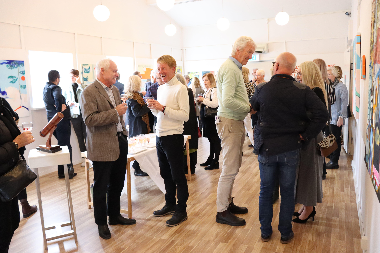Minglande deltagare vid utdelningen av 2019 års Hillesgårdspris för medmänsklighet och förståelse. Mottagare var Björn Natthiko Lindeblad.
