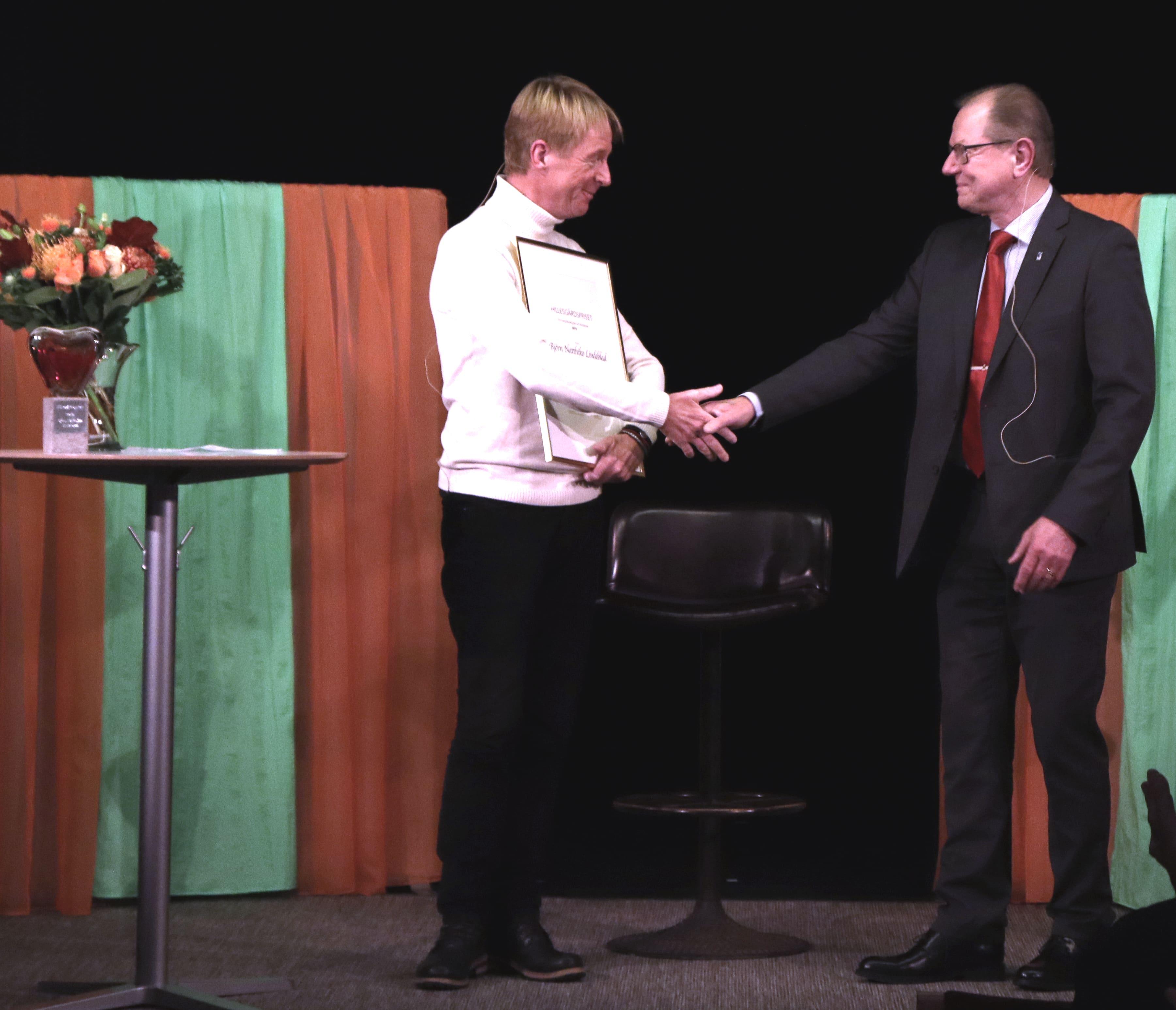 Björn Natthiko Lindeblad tar emot 2019 års Hillesgårdspris av Hans Bertil Sinclair, kommunstyrelsens ordförande i Klippan.
