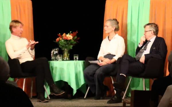 Samtal om Medmänsklighet och förståelse i samband med utdelningen av 2019 års Hillesgårdspris. På bilden: Björn Natthiko Lindeblad, 2019 års pristagare, Elisabeth Linder, samtalsledare och Karl-Erik Edris, författare och juryordförande.