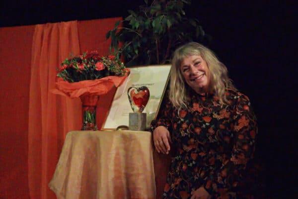 Stina Wollter med prisstatyett och blombukett